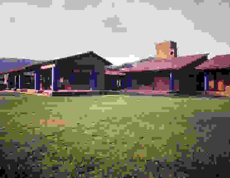 Vista general desde jardín Casas de estilo rural de homify Rural