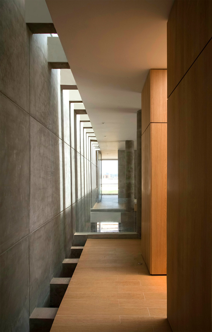 Modern Corridor, Hallway and Staircase by Chetecortés Modern
