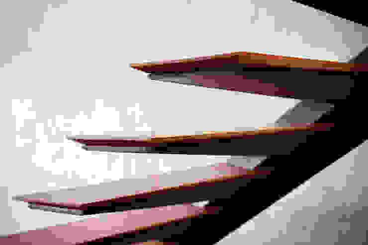 FINA ESCALERA de Chetecortés Moderno Madera Acabado en madera