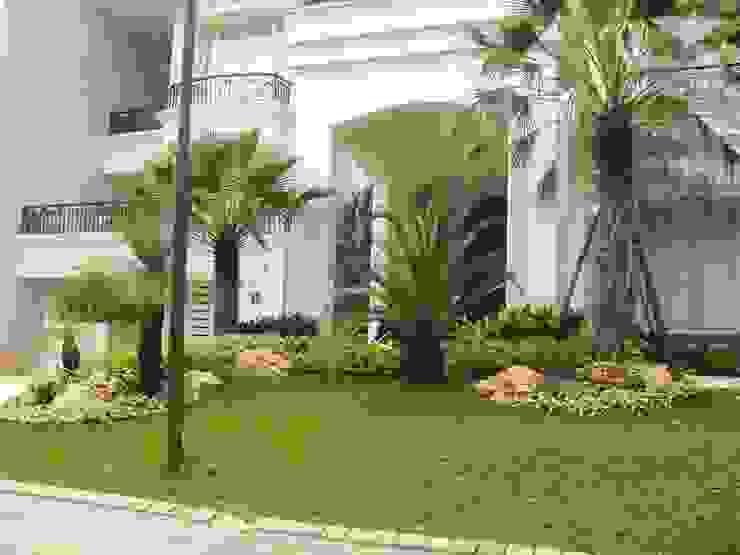 TAMAN TROPIS MODERN: Taman oleh NISCALA GARDEN | Tukang Taman Surabaya, Modern