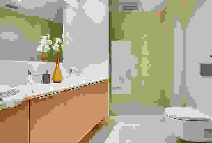 Ensuite bathroom من Markham Stagers حداثي