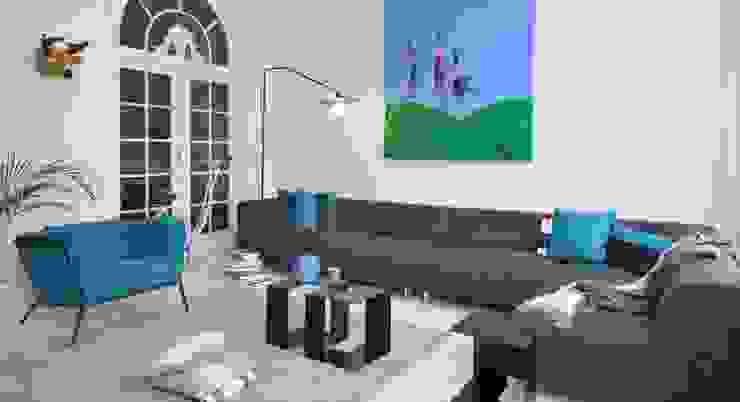 MIT sofa - PLOUF fauteuil - JIGSAW bijzettafel - DISK lamp - KNITTED tapijt: modern  door MOOME, Modern Textiel Amber / Goud