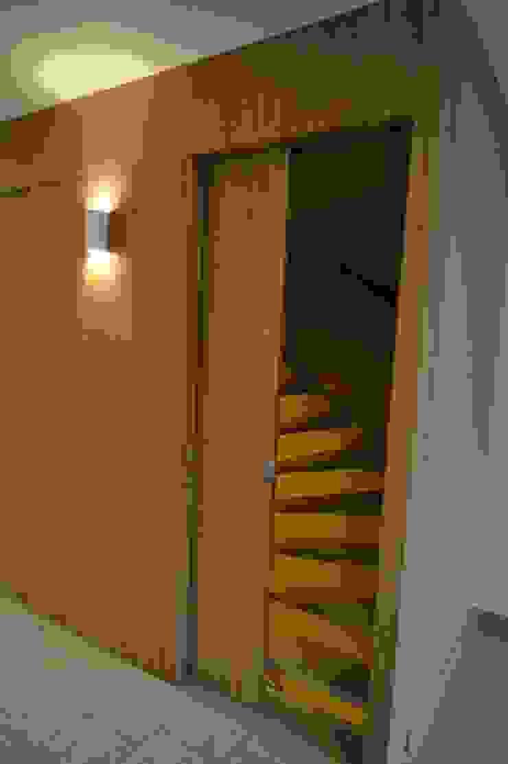 Minimalist corridor, hallway & stairs by Bobarchitectuur Minimalist