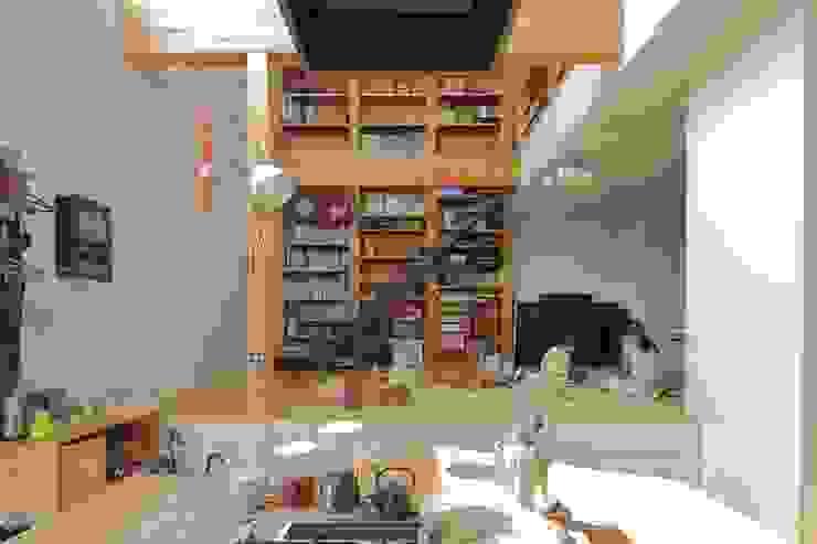 Salas / recibidores de estilo  por 藤原・室 建築設計事務所