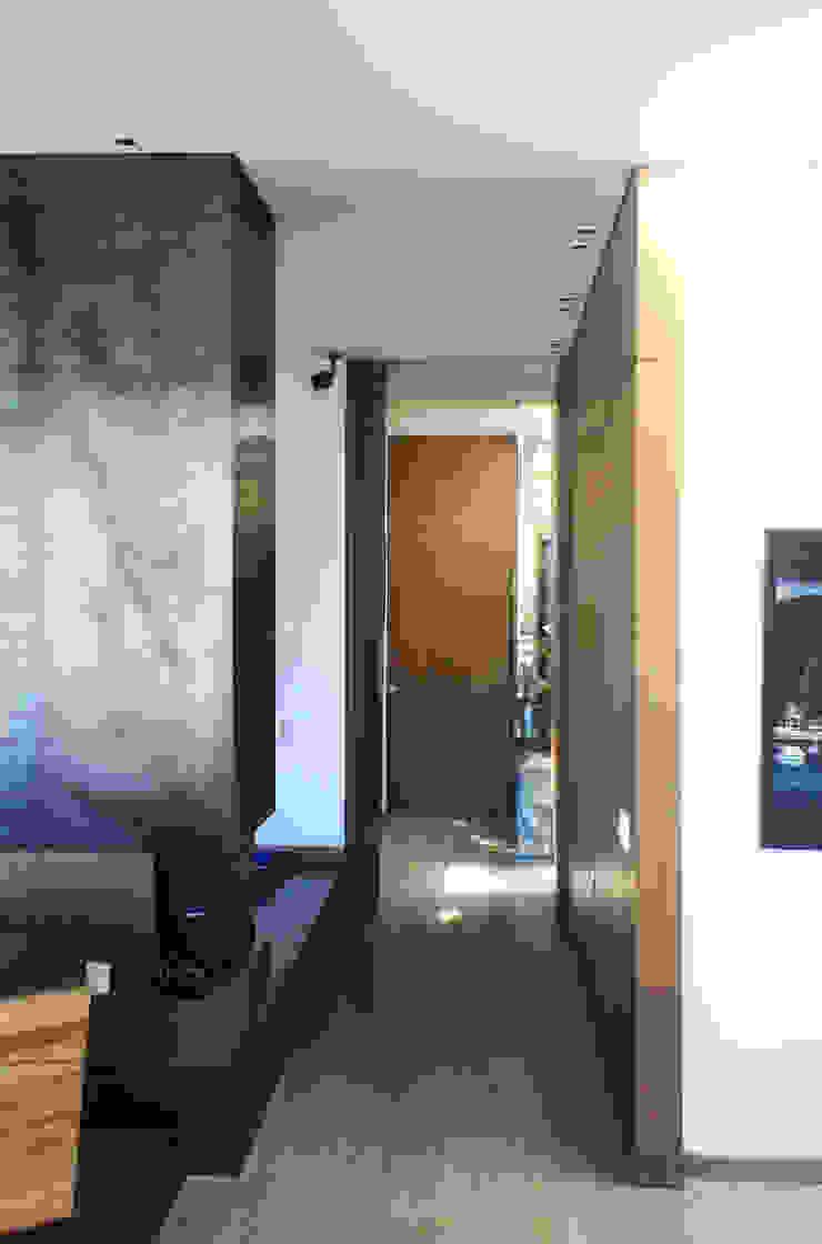 Remodelación Apartamento Echeverry Pasillos, vestíbulos y escaleras de estilo industrial de Contrafuerte Industrial
