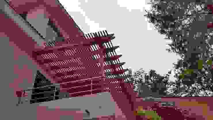 Deck de madera y pérgola en Huixquilucan: Terrazas de estilo  por Materia Viva S.A. de C.V.,