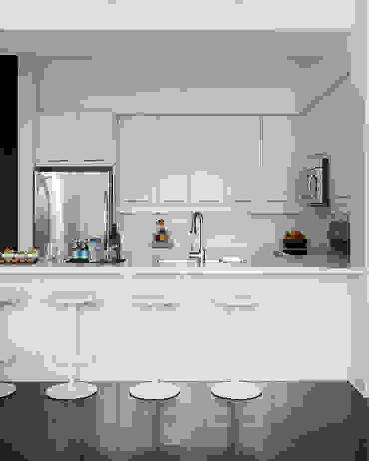 Douglas Design Studio ห้องครัวตู้เก็บของและชั้นวางของ White