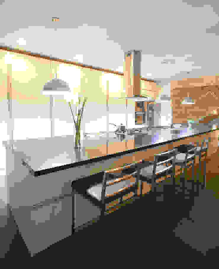 3 FAMILIAS – 3 CUBOS Cocinas de estilo moderno de Chetecortés Moderno