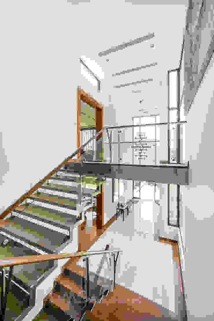ESCALERA Pasillos, vestíbulos y escaleras modernos de DMS Arquitectas Moderno