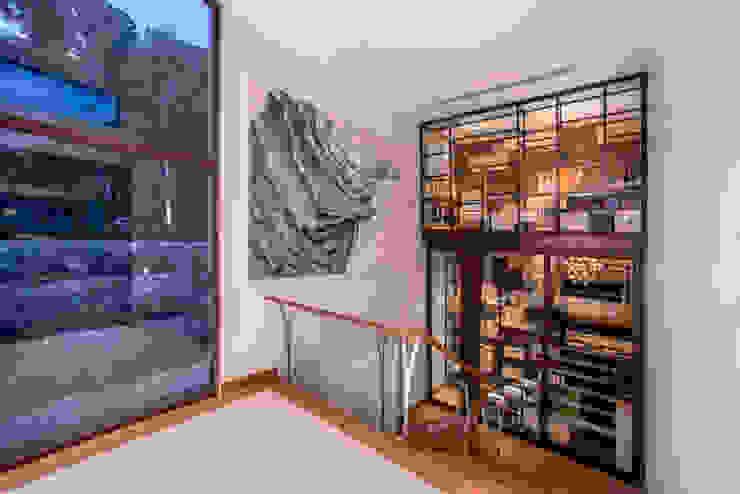 ESCALERA/CAVA Pasillos, vestíbulos y escaleras modernos de DMS Arquitectas Moderno
