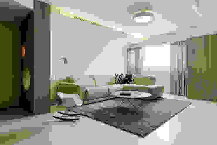 老屋逆齡輕透自然 现代客厅設計點子、靈感 & 圖片 根據 kimico.liu 現代風
