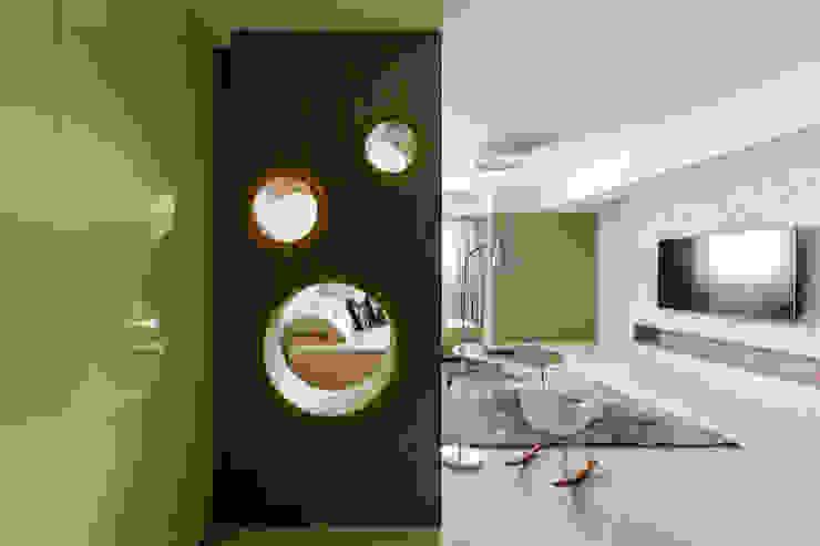 老屋逆齡輕透自然 現代風玄關、走廊與階梯 根據 kimico.liu 現代風