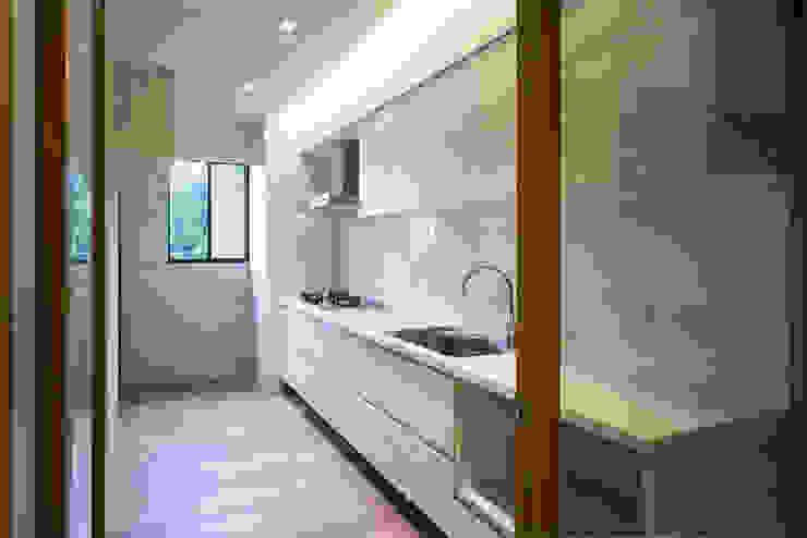 明亮廚房:  廚房 by 果仁室內裝修設計有限公司
