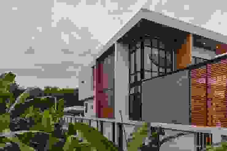 BAAN KLANG SUAN AT CHANTHABURI , THAILAND โดย a-vision design and development company limited