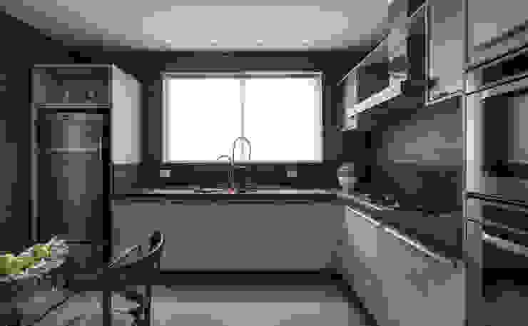 Modern kitchen by Flávia Kloss Arquitetura de Interiores Modern MDF