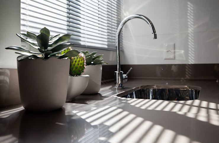 Flávia Kloss Arquitetura de Interiores Modern kitchen Quartz Brown