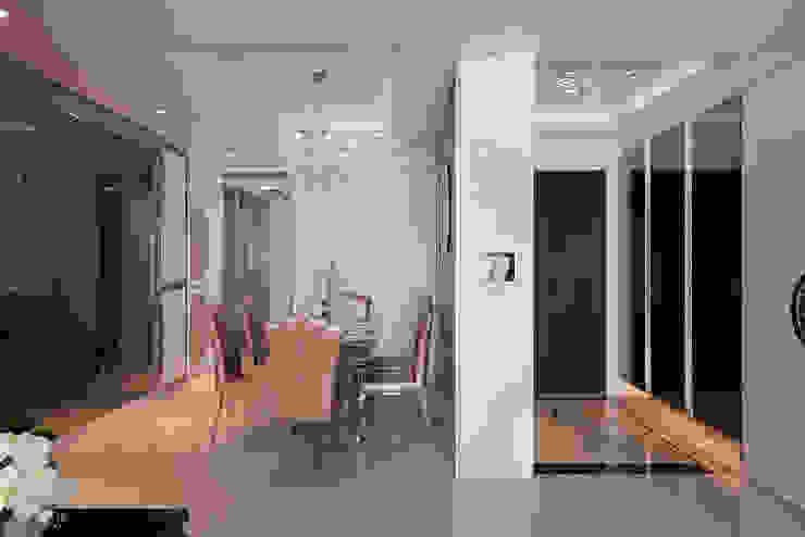 溫暖的玻璃光藝術 經典風格的走廊,走廊和樓梯 根據 趙玲室內設計 古典風