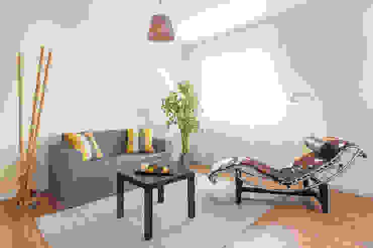 Home Staging en salón con sofá de cartón de Impuls Home Staging en Barcelona Moderno