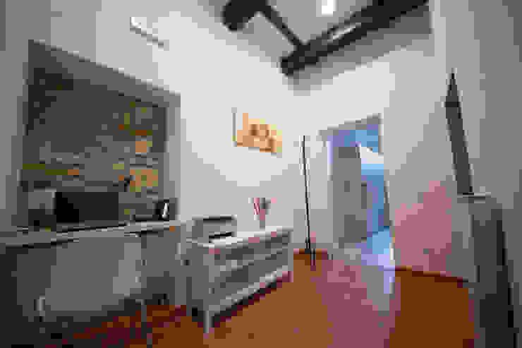 Modern Corridor, Hallway and Staircase by Alessia Nonnoni Architetto Modern