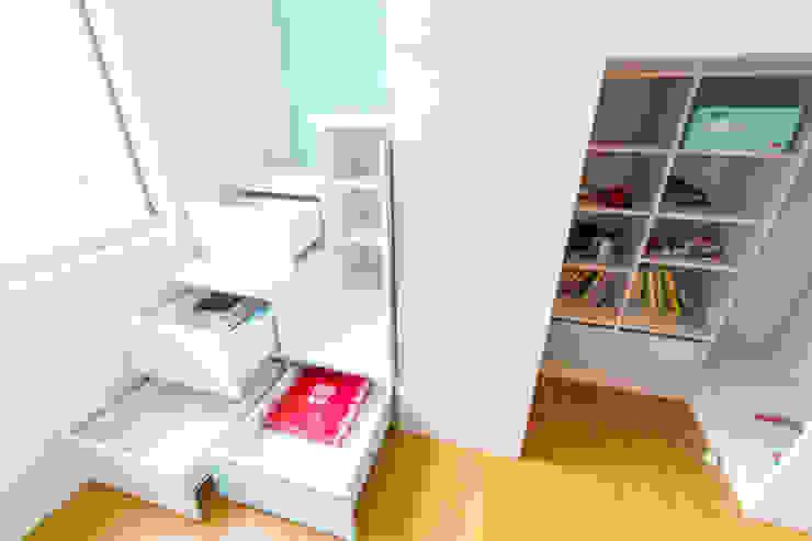 Dormitorios infantiles de estilo  de 果仁室內裝修設計有限公司