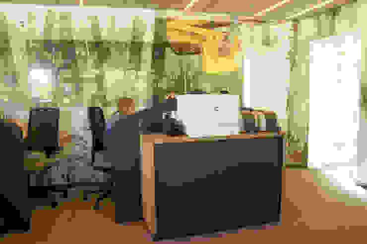 Receptie Ter Spegelt Moderne kantoor- & winkelruimten van INinterieurs Modern Massief hout Bont