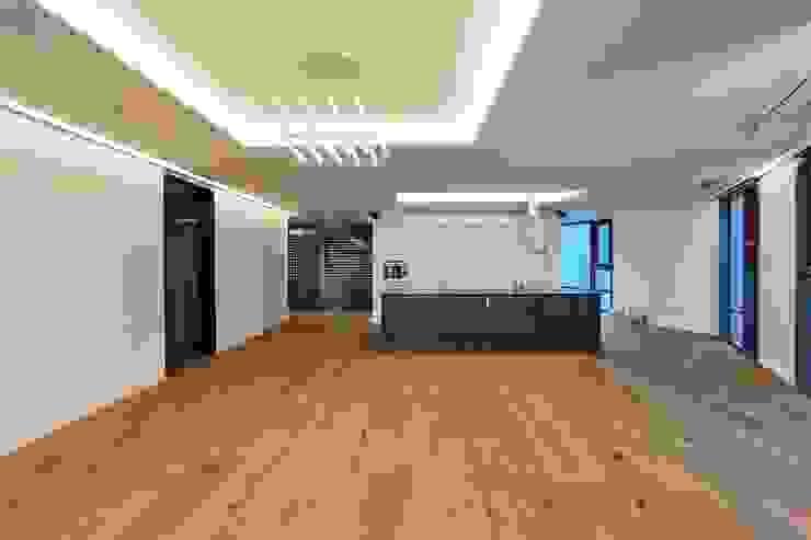 부산 센텀WBC 더펠리스 (flooring) 모던스타일 거실 by (주)기성마루 모던