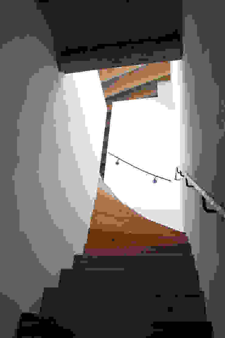 Toegang tot bovenste appartement van Jules Design & Development Industrieel