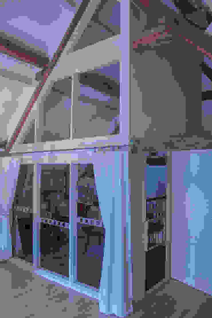 Een grote glazen wand zorgt voor voldoende daglichttoetreding in de studie-/werkruimte van Jules Design & Development