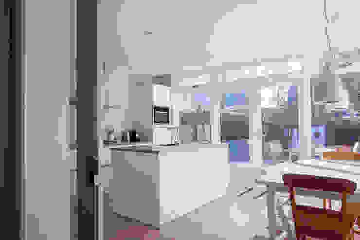 Aanbouw jaren 30 woning Moderne keukens van Joolsdesign Modern