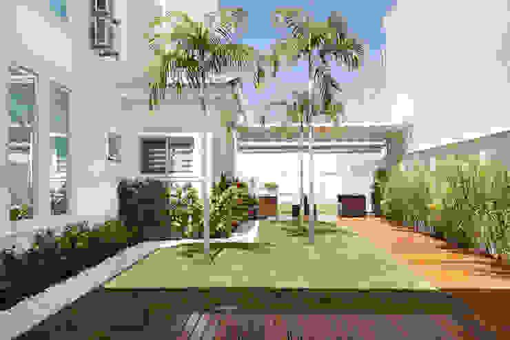 Vườn phong cách hiện đại bởi Virna Carvalho Arquiteta Hiện đại