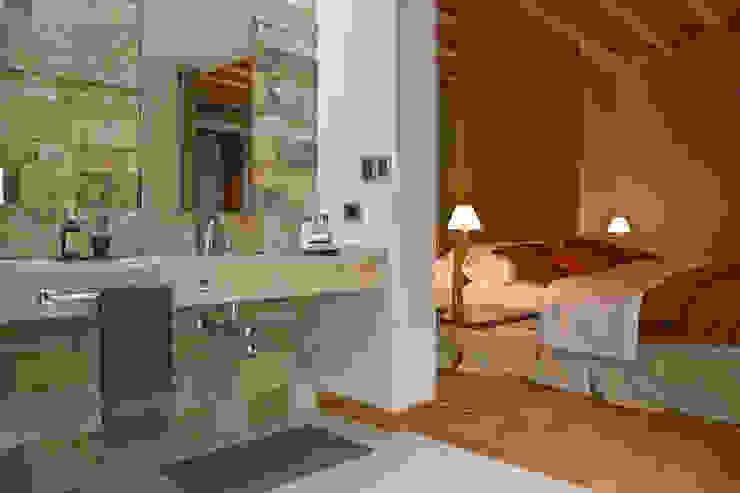 Modern bathroom by ARQUITECTA MORIELLO Modern