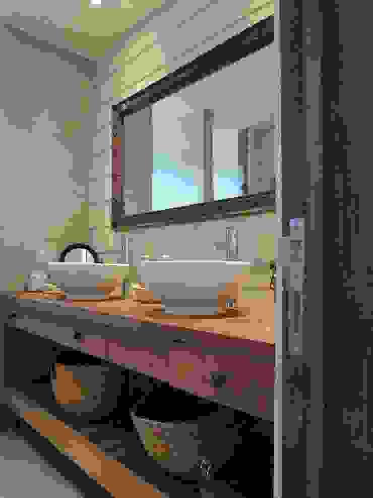 Modern style bathrooms by David y Letelier Estudio de Arquitectura Ltda. Modern