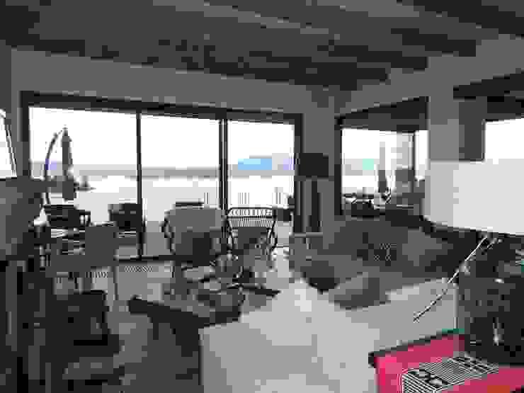 Living room by David y Letelier Estudio de Arquitectura Ltda.