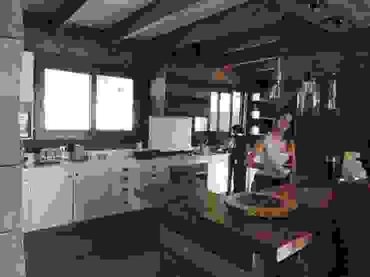 Modern kitchen by David y Letelier Estudio de Arquitectura Ltda. Modern