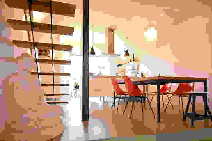 140 qm Galeriewohnung Industriale Esszimmer von freudenspiel - Interior Design Industrial Beton