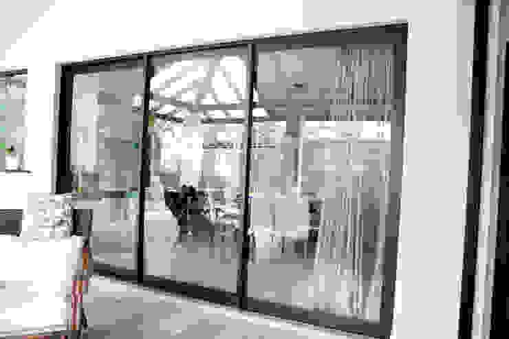 de estilo tropical por CB Esquadrias de Alumínio e Vidro Ltda, Tropical Aluminio/Cinc