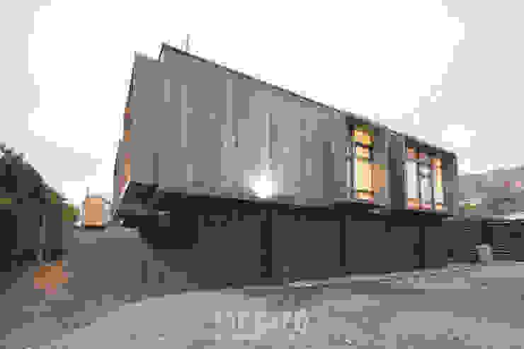Fachada Sur de MACIZO, ARQUITECTURA EN MADERA Moderno Madera Acabado en madera