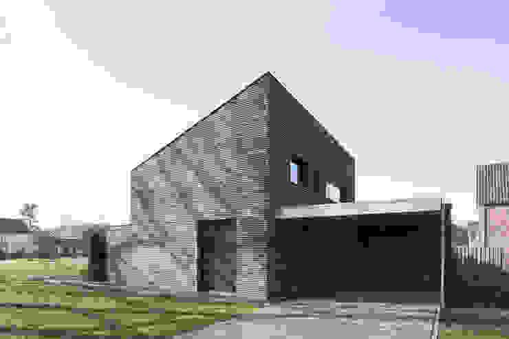 Minimalistyczny garaż od Joris Verhoeven Architectuur Minimalistyczny