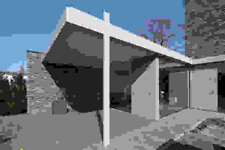 Minimalistyczny balkon, taras i weranda od Joris Verhoeven Architectuur Minimalistyczny