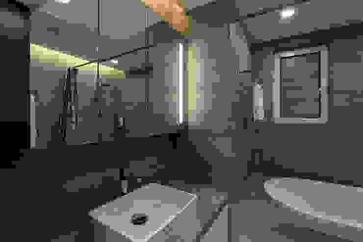 浦東外滩九里-黃金單身漢豪宅 現代浴室設計點子、靈感&圖片 根據 舍子美學設計有限公司 現代風