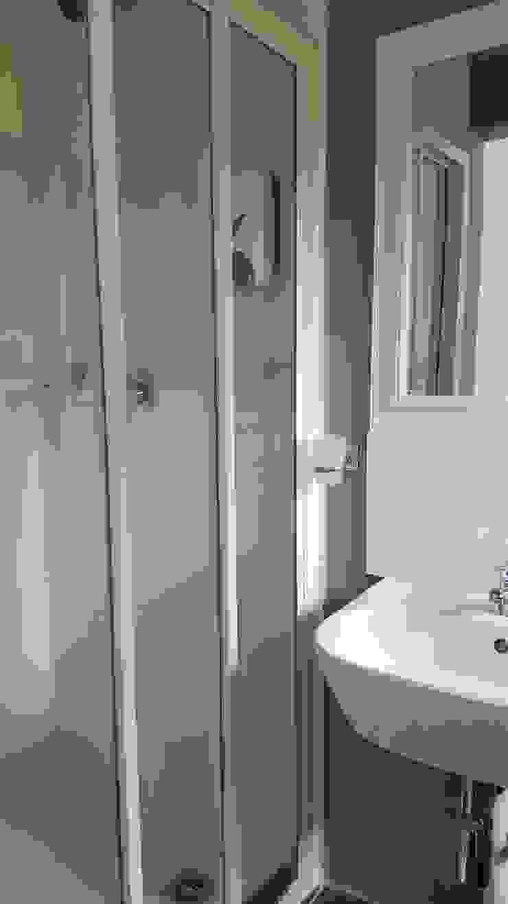 En-suite Minimal style Bathroom by Mason West building Minimalist Bricks