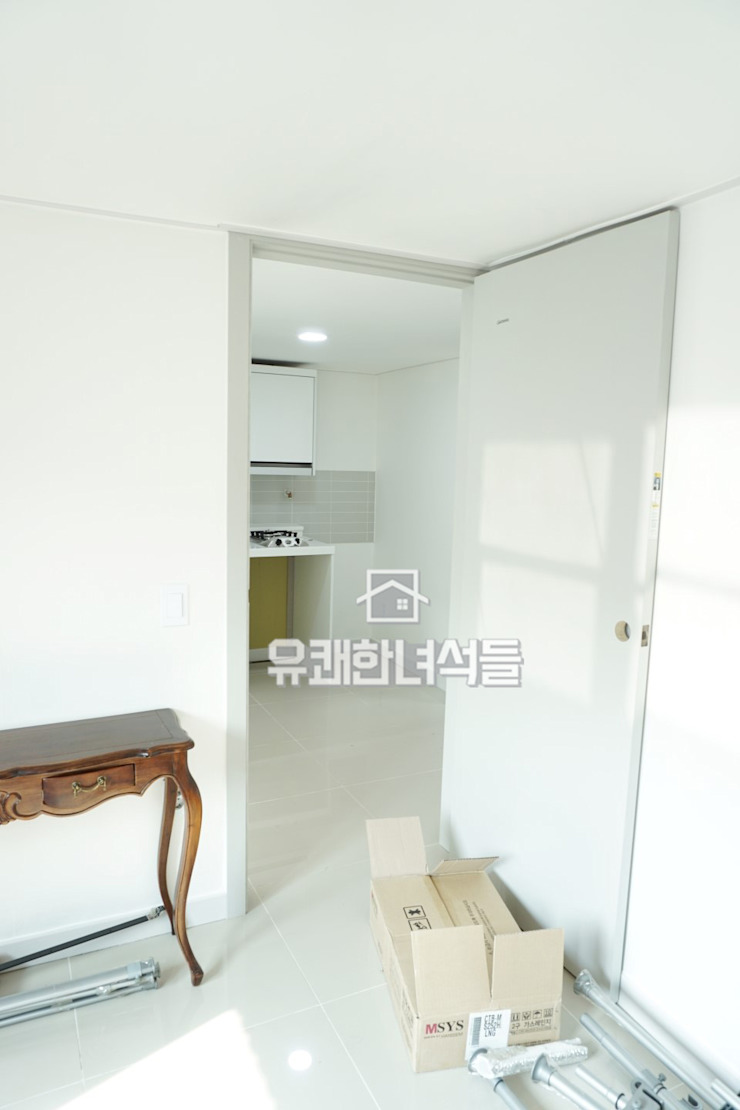 올 화이트 옥탑방 인테리어 모던스타일 복도, 현관 & 계단 by 유쾌한녀석들 모던