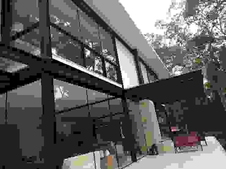 Modern Houses by Carlos Parada & Associados Modern Iron/Steel
