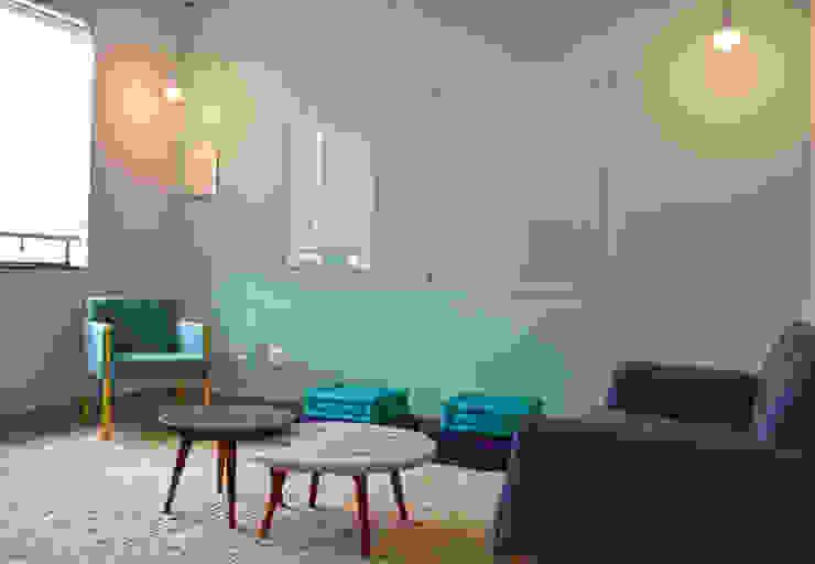Espaço de reunião: Escritório e loja  por ILHA ARQUITETURA,