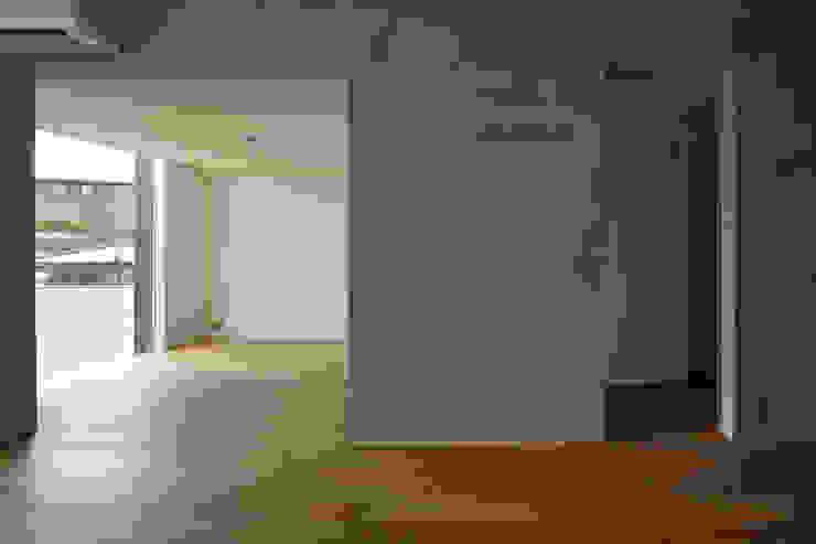 一級建築士事務所 こより Modern living room Multicolored