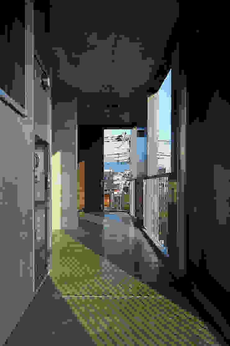 一級建築士事務所 こより Modern corridor, hallway & stairs Multicolored