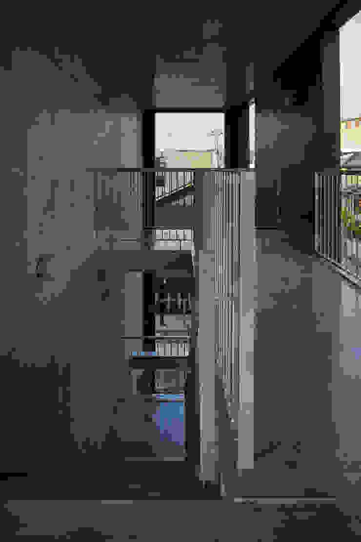一級建築士事務所 こより Modern corridor, hallway & stairs Blue
