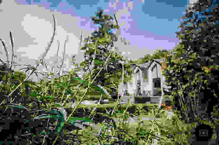 Landelijke villatuin met natuurlijke vijver:  Tuin door Buro Buitenom exterieurontwerpers, Landelijk