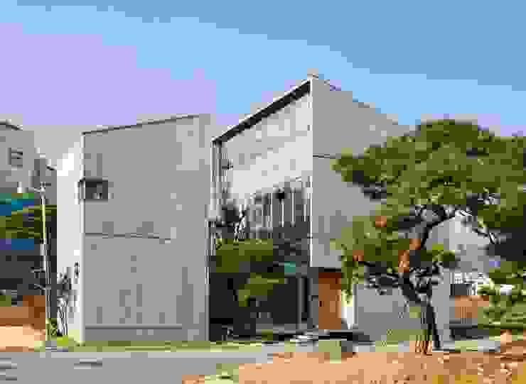 Rumah oleh 수목피엠, Modern