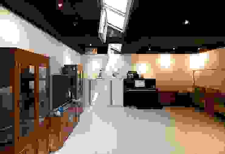 Salas de entretenimiento de estilo moderno de 수목피엠 Moderno